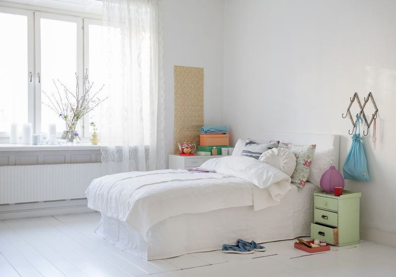 Bemz bedspread in Loose fit style, Bemz cover for Abelvär headbord and  Bemz Loose fit Urban bedskirt,  all in Absolute White Rosendal Pure Washed Linen from Bemz